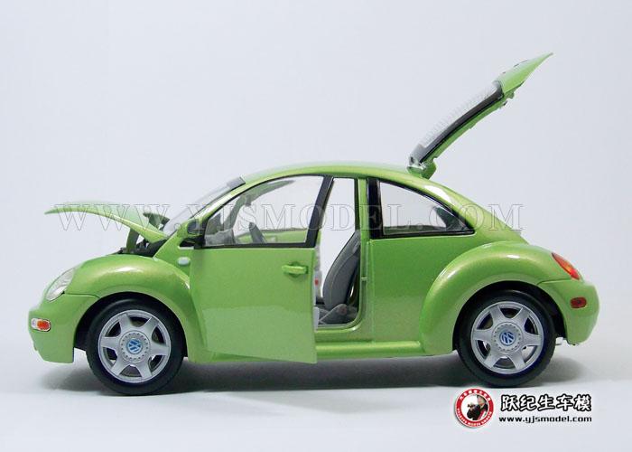 车模小巧可爱,2个车门可开,前后车盖可打开,方向盘与车轮联动! 很少有一种新款车型能象新甲克虫一样,1998年第一次在底特律国际车展上露面时即受到了公众和传媒的极度关注。它是一种很容易使您一见倾心,而且很可能是当前世界上最为个性化的车型。新甲壳虫的外型设计使人回忆起当年甲壳虫的风采,而现代化的机械性能,则无疑又使它成为二十一世纪的现代车型。